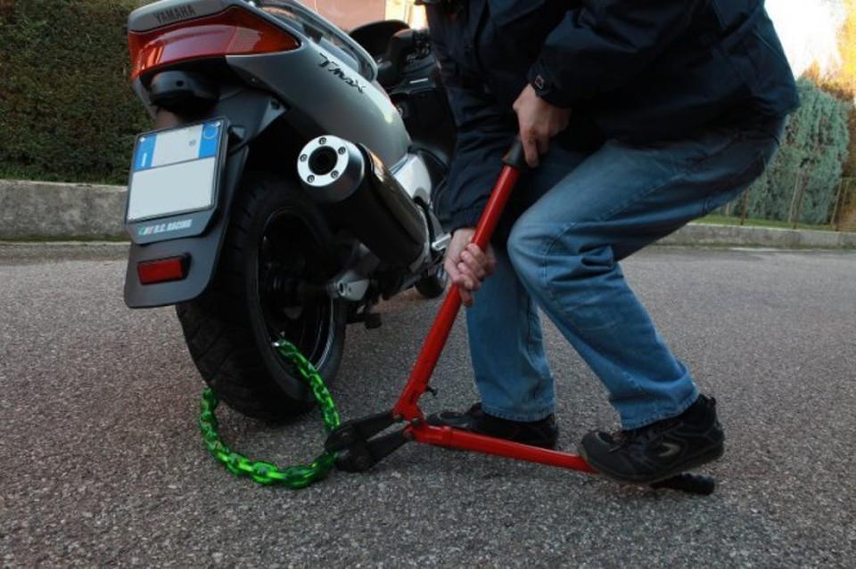 Siracusa, colti in flagrante mentre tentano di rubare uno scooter