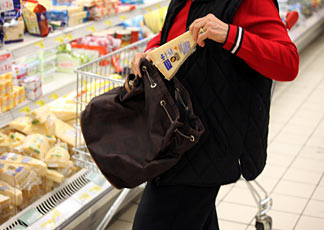 Siracusa, tentano il furto in un supermercato: due donne denunciate