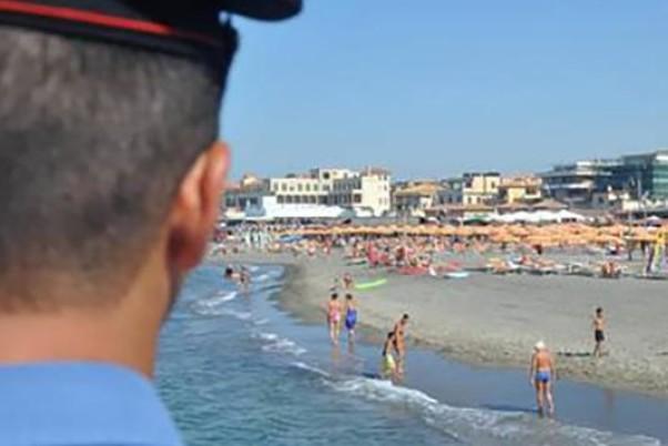 Rubano zaini in spiaggia, arrestati due ventenni a Palermo