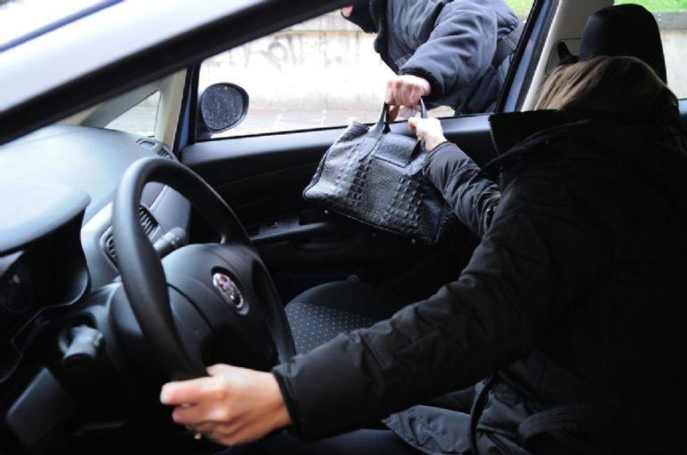 Catania, due arresti per furto con strappo