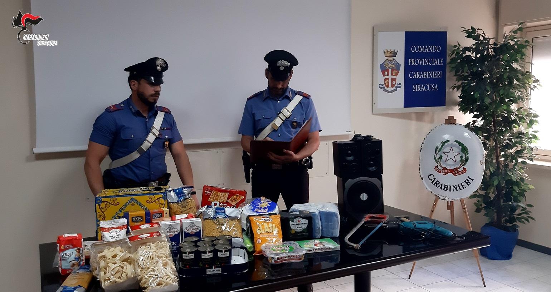 Siracusa, sorpreso mentre svaligia un garage di generi alimentari: arrestato