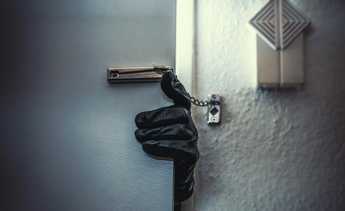 Furto in casa mentre i proprietari dormono: denuncia a Noto