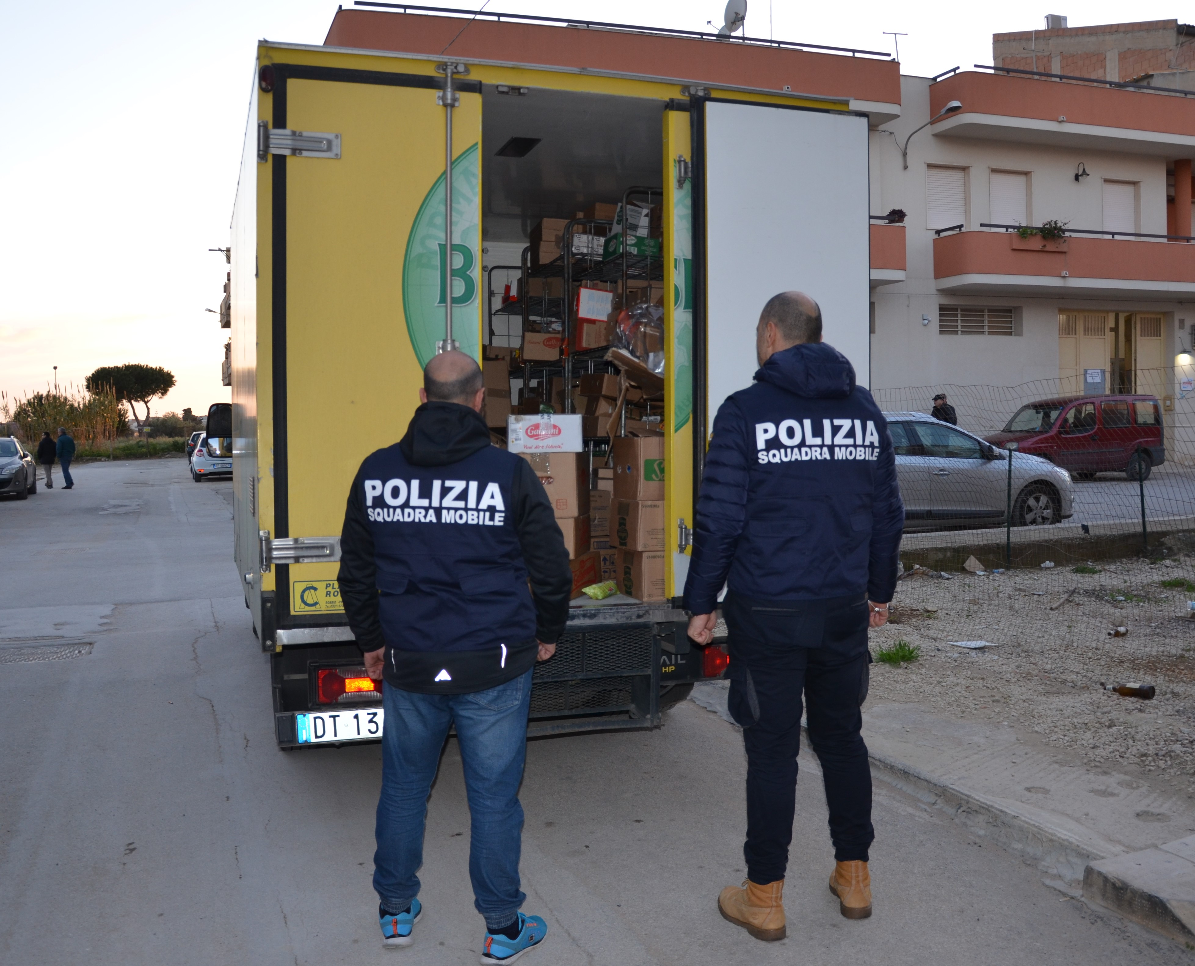 Vittoria, sorpreso a rubare da camion pieno di generi alimentari: arrestato