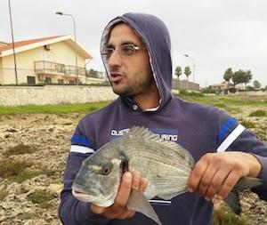 Pescatore dilettante di Solarino col mare mosso pesca un'orata da un chilo e mezzo