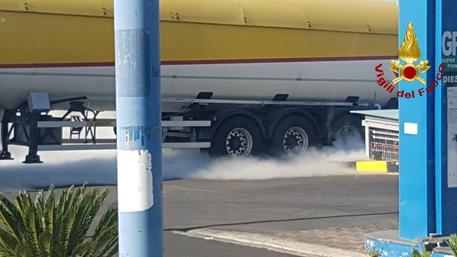 Cisterna perde gas a Mascalucia: i pompieri la mettono in sicurezza
