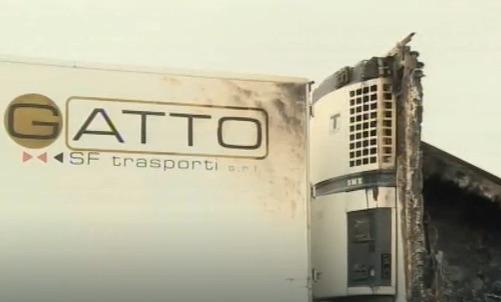 Avvertimento col fuoco a un'azienda di autotrasporti di Vittoria: bruciati 4 veicoli