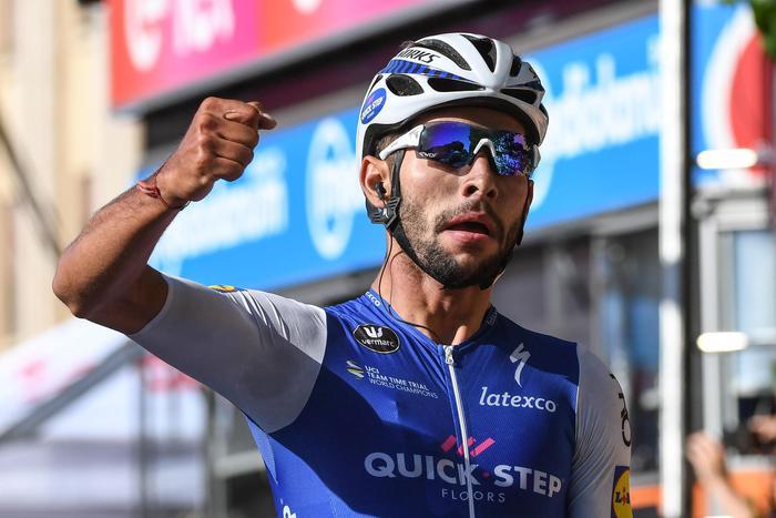 Giro d'Italia, a tagliare il traguardo a Messina è Gaviria: Jungels resta in