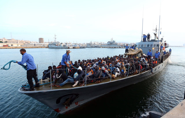 Soccorsi due barconi con 124 migranti dalla Guardia costiera libica