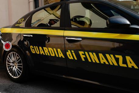 Contrabbando di alcolici in 17 Paesi, 20 ordinanze cautelari della Finanza: frode da 80 milioni