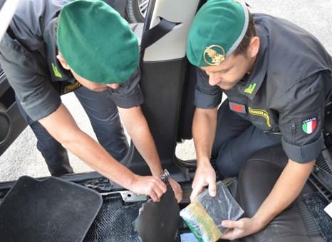 Ragusa, un'auto imbottita di droga: 8 arresti della Finanza