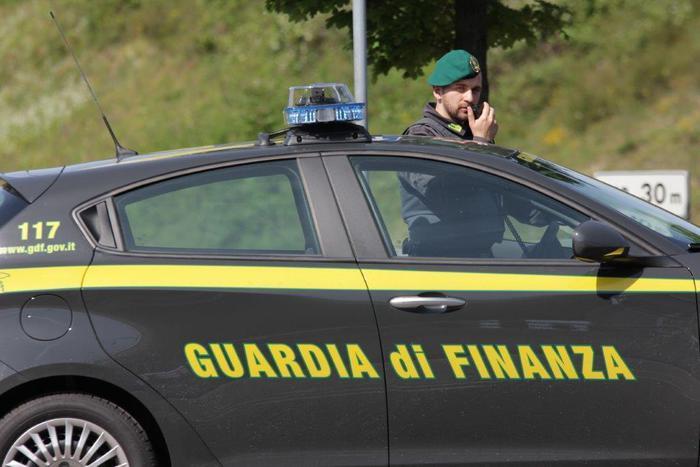 Ricatta l'ex di svelare la loro relazione pubblicando le foto: arrestata a Lamezia Terme