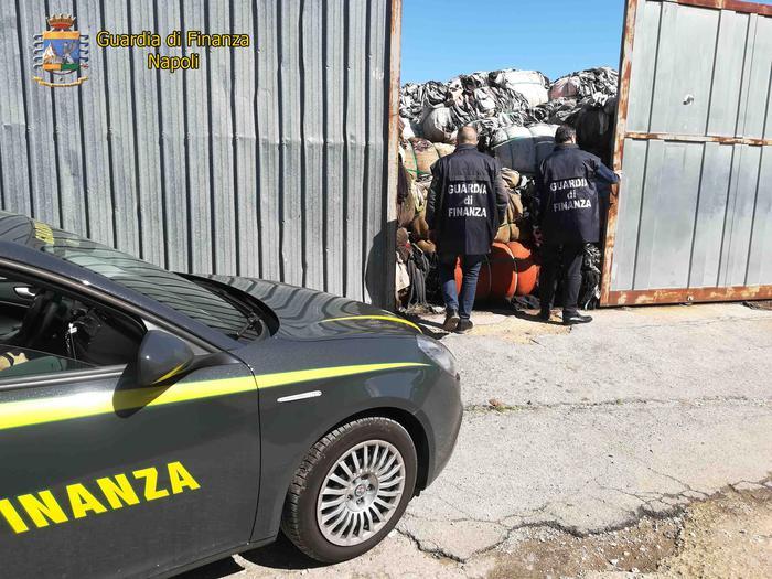Napoli, tonnellate di abiti in una discarica abusiva