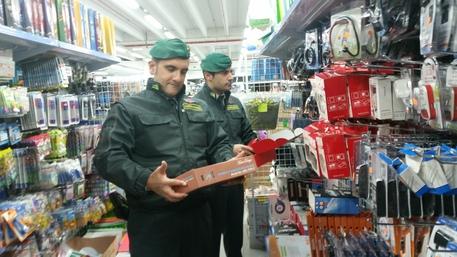 Prodotti privi del made in Italy e pericolosi, 21 mila sequestrati a Vibo