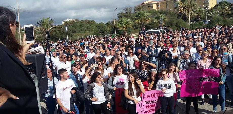"""Attentati incendiari a Gela, in piazza per dire  """"basta"""""""