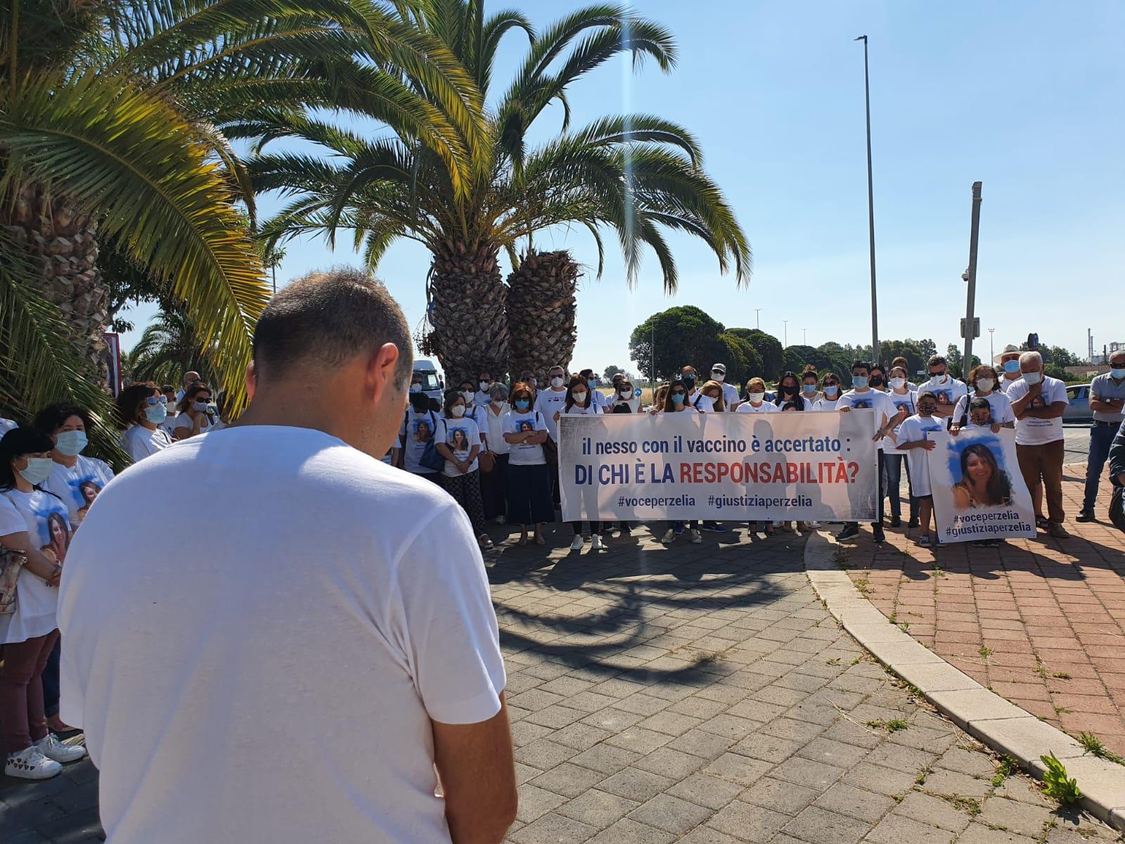 Morta a Gela dopo il vaccino, il marito protesta: agiremo contro AstraZeneca