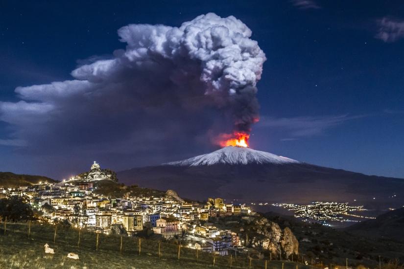Il risveglio dell'Etna, si aprono due fratture: dalla sommità due colate laviche