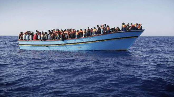 Barcone con 90 migranti a 36 miglia da Lampedusa, Sea Watch: salvateli