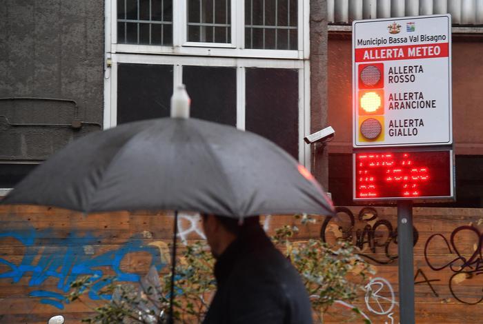 Allerta maltempo a Genova, tre famiglie evacuate per le frane
