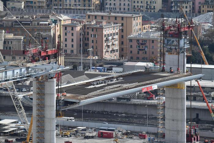 Nuovo ponte di Genova, issata la prima maxi trave: duemila tonnellate di acciaio a 40 metri