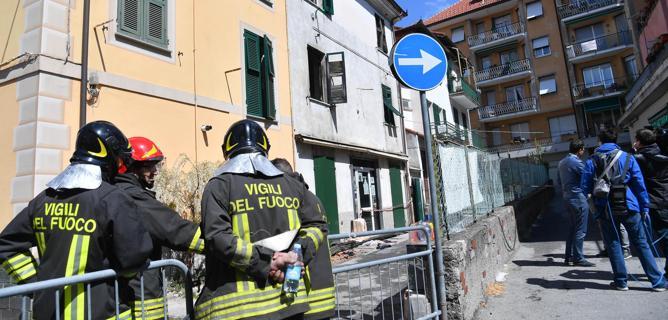 Genova, morto il bimbo lanciato dalla finestra per sfuggire al rogo