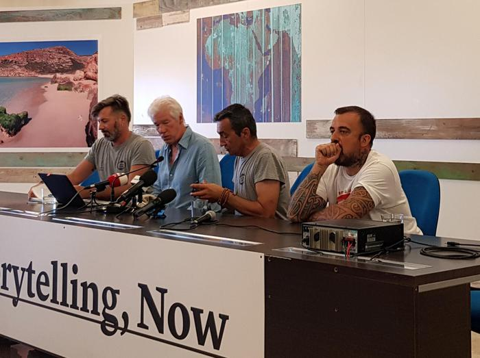 """Richard Gere a Lampedusa: """"Salvini non mi interessa, io aiuto le persone"""""""