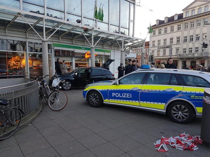 Heidelberg, auto si lancia sui pedoni:  la polizia spara al conducente