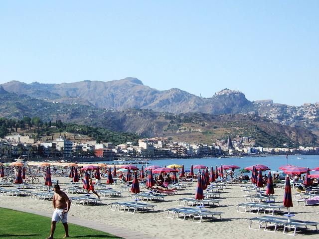 Svaligiano un lido di Giardini Naxos: arrestati sei giovani catanesi