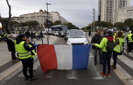 Francia, i gilet gialli occupano i depositi di benzina