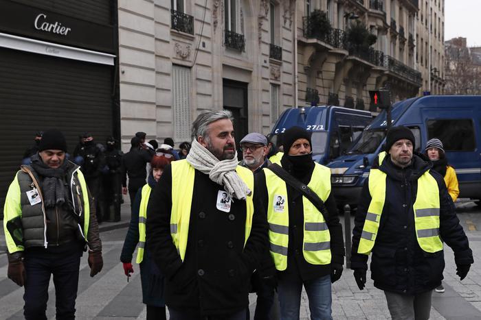 Parigi, centinaia di gilet gialli occupano i negozi: impedito l'accesso a un Centro commerciale