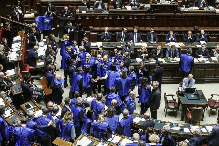 "Berlusconi: ""A gennaio gilet azzurri in piazza"""
