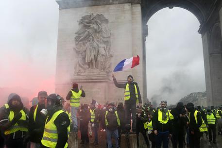 Gillet gialli, Parigi sospende le tasse sulla benzina