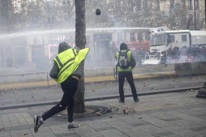 Manifestazione Gilet gialli, diversi feriti a Parigi