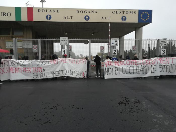 Migranti che vivono nella tendopoli bloccano per protesta il porto di Gioia Tauro