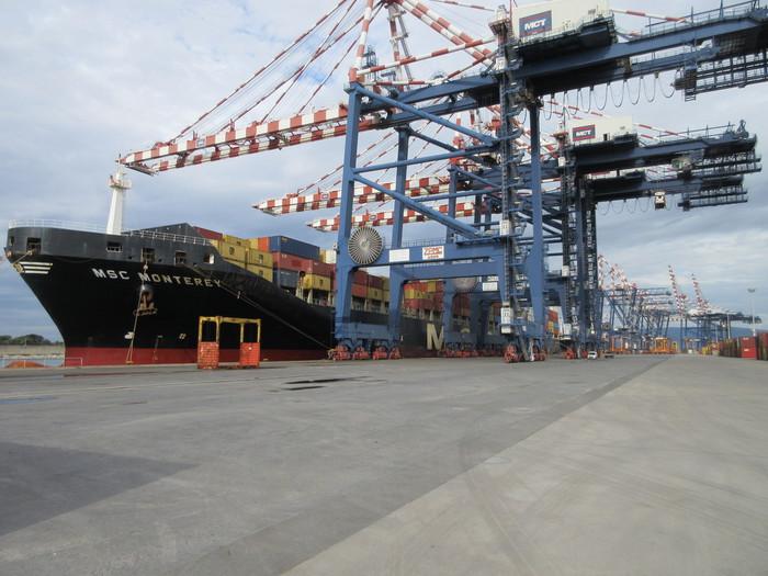 Portacontainer anche di notte nel porto di Gioia  Tauro