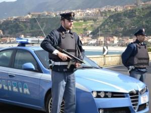 Gioia Tauro, le arrestano il marito e si scaglia contro i poliziotti