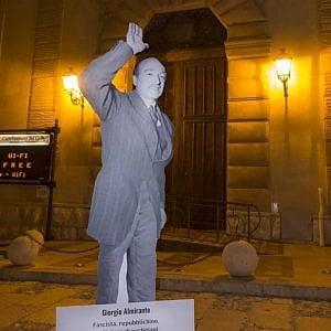 Altra provocazione a Castellammare del Golfo, statua Almirante davanti municipio