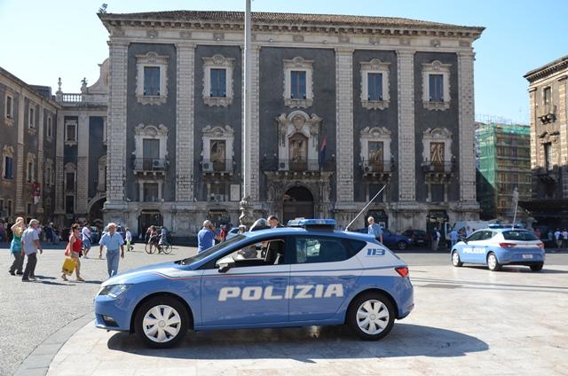 Gira a torso nudo con dei coltelli in mano, bloccato a Catania