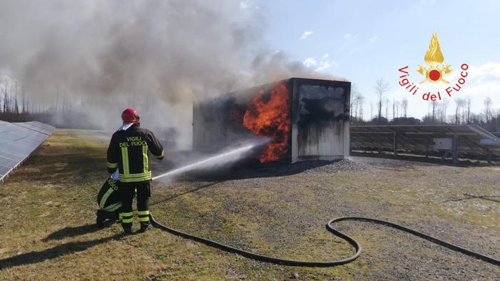 Un incendio distrugge cabina parco solare di Girifalco