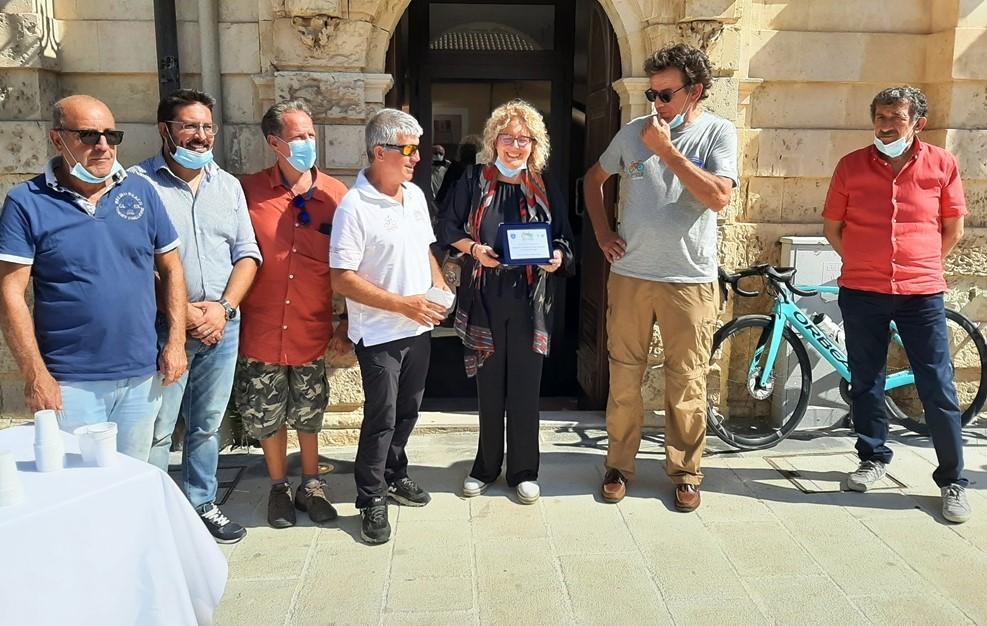 Giro di Sicilia di cicloturismo: tappa a Canicattini Bagni, partecipanti accolti dall'amministrazione comunale