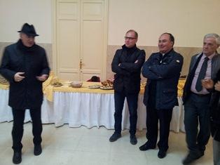 Il vescovo di Noto con la chitarra per la festa dei 60 anni del vicario generale