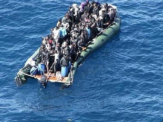 Rimorchiatore soccorre 120 migranti davanti la Libia