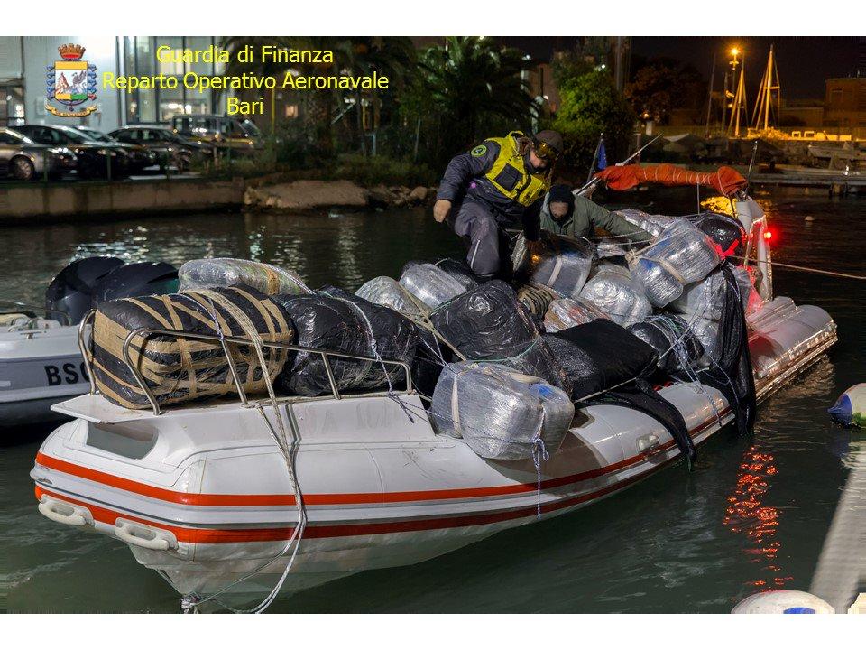 Bari, bloccato un gommone con 1500 chili di marijuana: due fermati