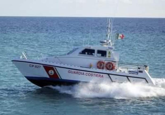 Gommone con 4 persone a bordo in avaria: soccorso nel Reggino