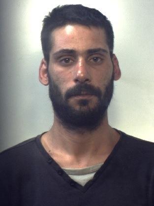 Evade dai domiciliari, si getta in un fossato: preso a Catania