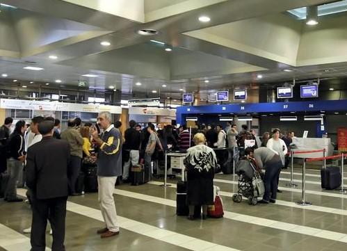L'aereo non arriva, 200 siciliani bloccati all'aeroporto di Santorini