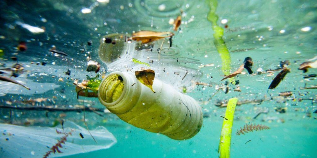 Greenpeace, due balene a Roma contro la plastica in mare