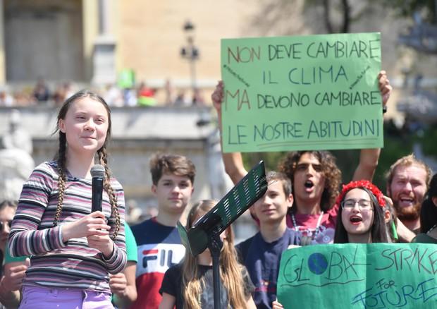 Clima, Greta in piazza del Popolo a Roma: la guerra durerà per anni