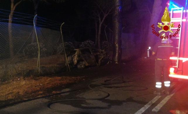 Auto contro albero prende fuoco, 3 morti nel Grossetano