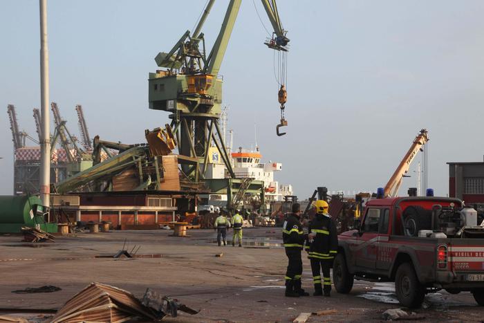 Taranto, cade una gru per il forte vento: operaio disperso