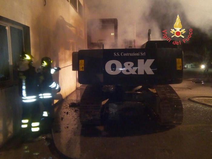 Escavatore va in fiamme nel piazzale della Gts Catanzaro